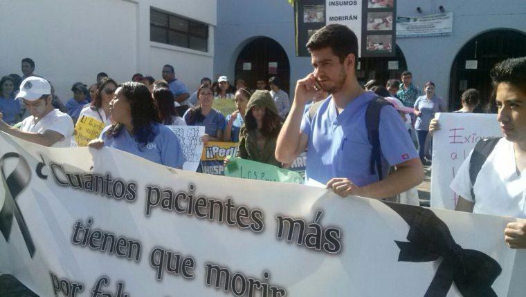 Trabajadores del Hospital Nacional Pedro de Bethancourt, de Antigua Guatemala, efectúan caminata para exigir insumos y medicamentos. (Foto Prensa Libre: Renato Melgar)