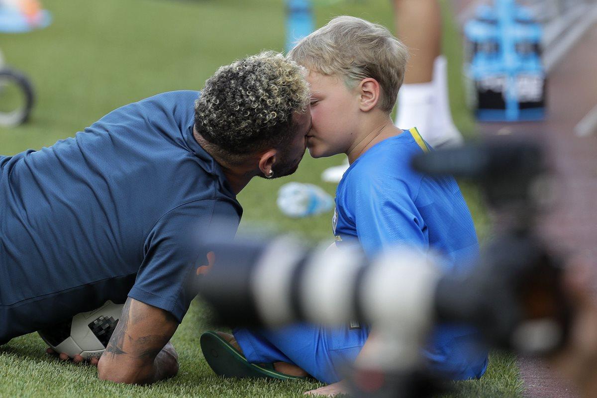 Neymar derritió corazones al demostrar frente a las cámaras el gran cariño que comparte con su hijo. (Foto Prensa Libre: EFE)