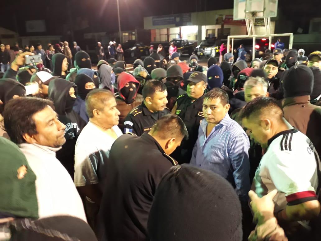 Tres policías y dos civiles fueron retenidos en la terminal de buses de Tecpán Guatemala, Chimaltenango. (Foto Prensa Libre: Cortesía)