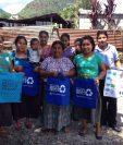 Mujeres muestran bolsas de tela que usarán en lugar de las hechas de plástico, en San Pedro La Laguna, Sololá. (Foto Prensa Libre: Ángel Julajuj)