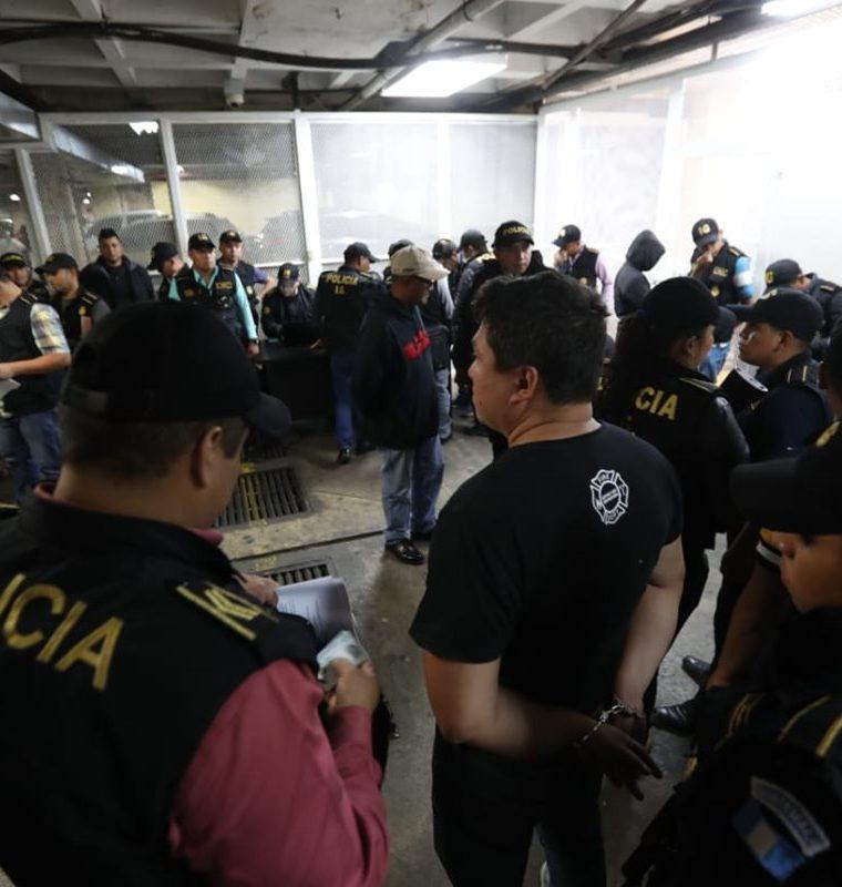 La banda utilizaba autopatrullas, uniformes y emblemas para delinquir. (Foto Prensa Libre: Erick Avila)