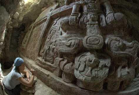 Arqueólogos trabajan en la inscripción que está debajo de la imagen central del friso.