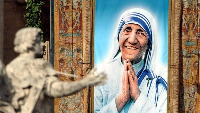 Tapiz con el retrato de Madre Teresa el día de su beatificación en Roma el 19 de octubre de 2003. (Foto: AP)