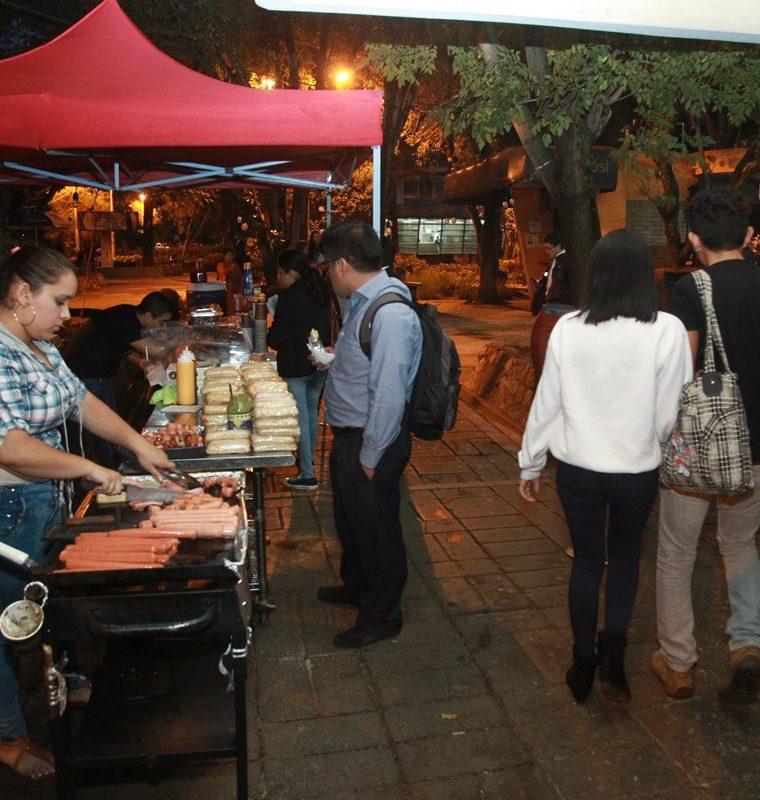 En los pasos peatonales hay instaladas ventas de ropa y comida que obstaculizan las caminatas de estudiantes. (Foto Prensa Libre: Estuardo Paredes)