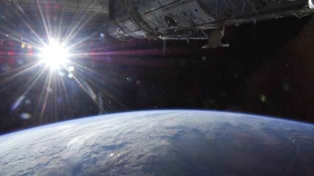 La distancia varía porque la órbita de la Tierra alrededor del Sol no es una circunferencia perfecta sino elíptica. (NASA)