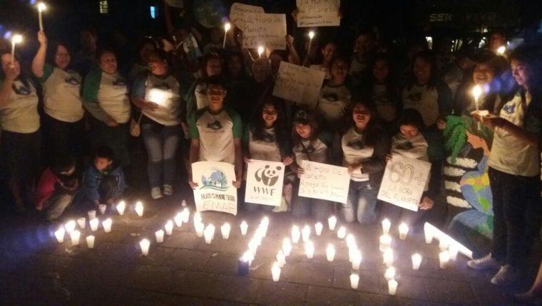 Varias personas celebran La Hora del Planeta en la Antigua Guatemala. (Foto Prensa Libre: Renato Melgar)