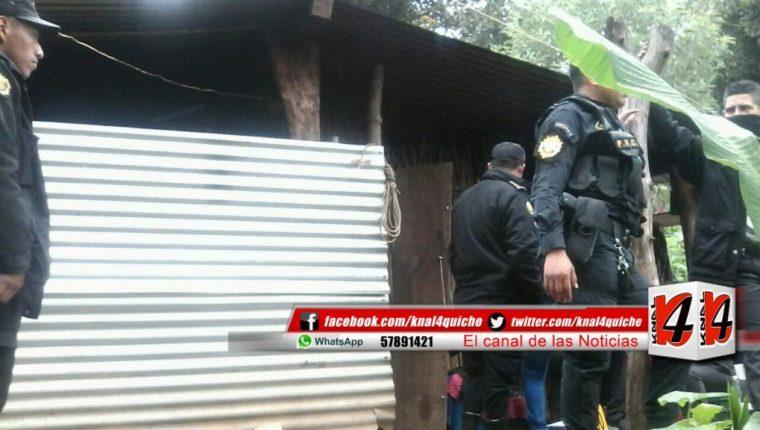 Autoridades catean vivienda del sindicado de haber muerte a su madre en Joyabaj, Quiché. (Foto Prensa Libre: @knal4quiche).