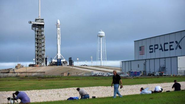 SpaceX, la empresa espacial del multimillonario Elon Musk, busca enviar 64 satélites al espacio en un solo lanzamiento histórico. GETTY IMAGES
