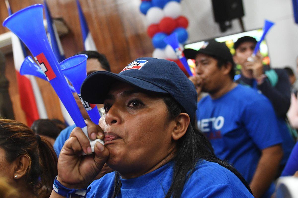 Partidarios de Ernesto Muyshondt, celebran la victoria en la sede de la Alianza Republicana Nacionalista de derecha en San Salvador. (AFP).