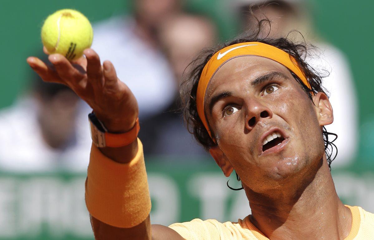 El tenista español Rafael Nadal, se clasificó este jueves para los cuartos de final del Masters 1000 de Montecarlo. (Foto Prensa Libre: AP)