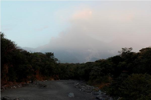 Imagen del Volcán de Fuego tomada desde Escuintla evidencia alta nubosidad. (Foto Prensa Libre: Melvin Sandoval)