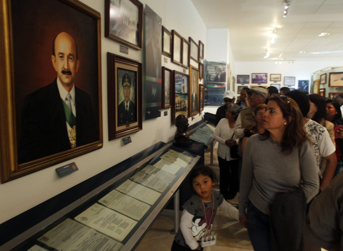 Mexicanos observan la galería de los expresidentes del país. (Foto Prensa Libre: AFP)
