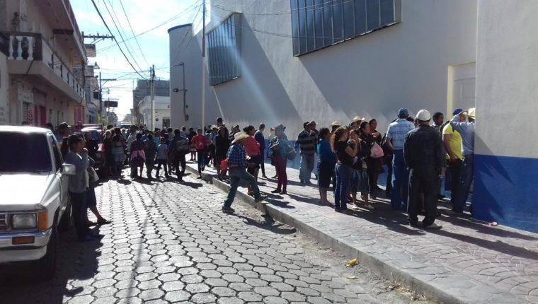 Agricultores de Jutiapa esperan recibir un vale canjeable por alimentos debido a que perdieron sus cultivo por la canícula prolongada de este año. (Foto Prensa Libre: Mario Morales)