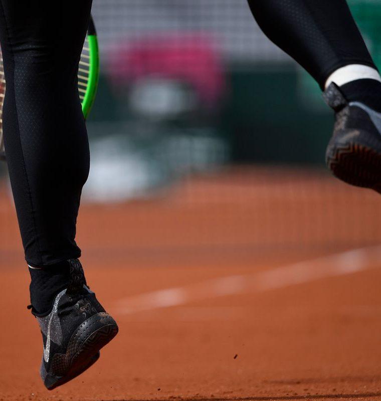 Estos son los tenis que utilizó Serena Williams, en su regreso al Roland Garros. (Foto Prensa Libre: AFP)