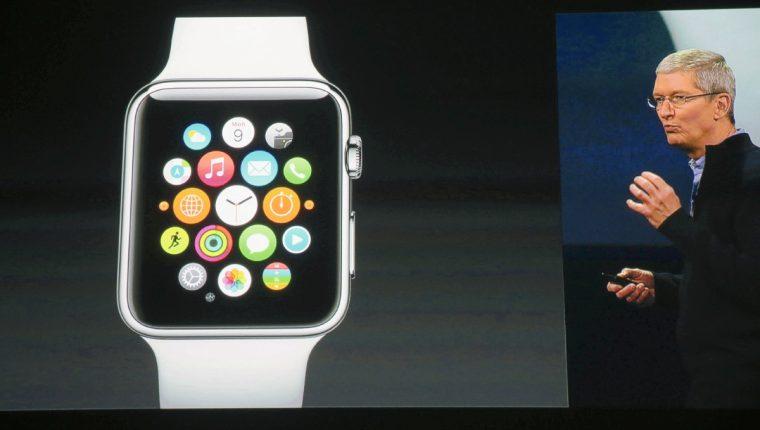 El reloj de pulsera inteligente Apple Watch, es mostrado  por  Tim Cook. (PL_EFE)