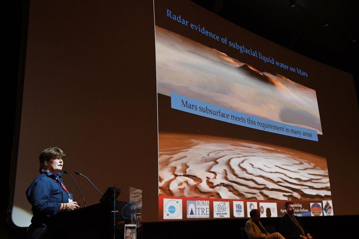 Descubren un lago de agua líquida y salada en Marte, bajo capa de hielo