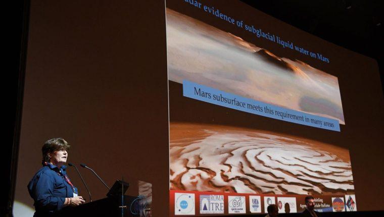 La astrofísica italiana Elena Pettinelli ofrece una conferencia de prensa sobre si hay agua líquida en Marte, un equipo italiano ha comprobado la existencia de un lago subterráneo, líquido y salado, bajo una capa de hielo, lo que era una de las misiones de la sonda Mars Express de la Agencia Espacial Europea (ESA) enviada al planeta rojo. (EFE)