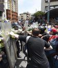 La semana pasada, venezolanos, se enfrentaron con policías debido a las medidas como el estado de excepción decretado por el Gobierno. (Foto Prensa Libre: AFP)