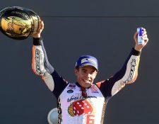 Marc Márquez festeja en el podio al conquistar su sexto título mundial luego del GP de Valencia. (Foto Prensa Libre: AFP)
