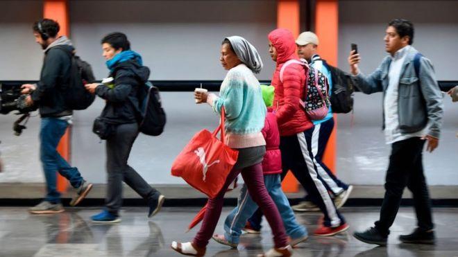 A los migrantes que van de Ciudad de México hacia Tijuana les espera un camino de 2.800 kilómetros. GETTY IMAGES