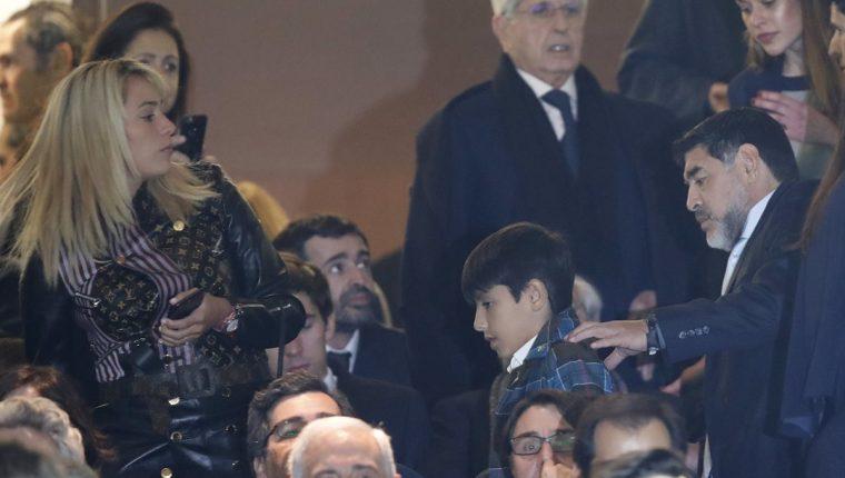 Diego Maradona y su novia Rocio Oliva durante el partido que sostuvo el Real Madrid frente al Napoli. (Foto Prnesa Libre: AFP)