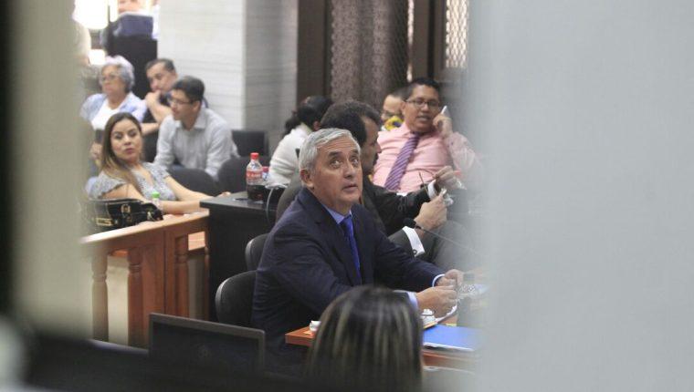 Otto Pérez Molina presenta sus pruebas de descargo en caso La Línea. (Foto Prensa Libre: Carlos Hernández)