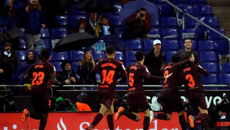 La afición del Espanyol le respondió a Piqué la dedicatoria del gol con insultos. (Foto Prensa Libre: EFE)