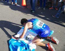 Luis Carlos Rivero de rodillas agradeció por su triunfo. (Foto Prensa Libre: Carlos Vicente)