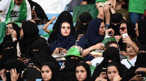 Mujeres participaron en celebraciones de la fiesta nacional el mes pasado, cuando autoridades permitieron su ingreso al estadio de Riad. (Foto Prensa Libre: AFP)