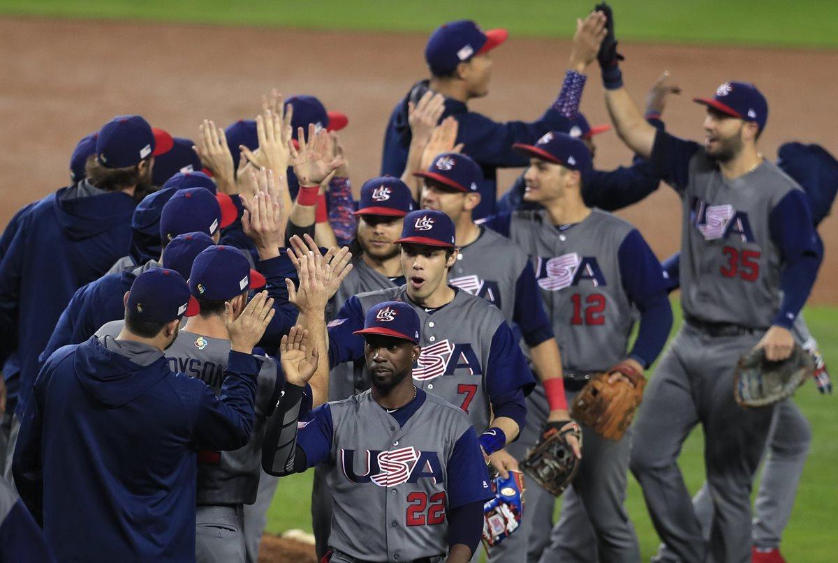 Jugadores de la selección estadounidense celebran su victoria durante la semifinal de la cuarta edición del Clásico Mundial de Béisbol entre EE.UU. y Japón celebrada en Los Ángeles, California, ayer (Foto Prensa Libre: EFE)