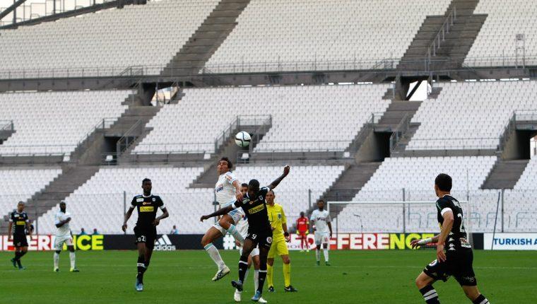 Paolo De Ceglie y Abdoul Camara intentan quedarse con el balón. (Foto Prensa Libre: AP)