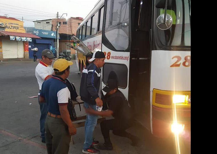 Guardia revisa a usuario que subirá a un bus de las Rutas Orientales en Chiquimula. (Foto Prensa Libre: Mario Morales).