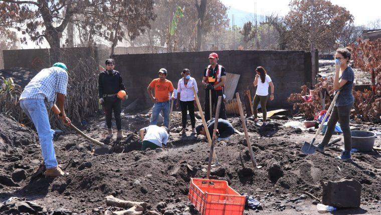 La búsqueda de víctimas por la erupción del Volcán de Fuego ha disminuido, pero algunas familias siguen en el intento. (Foto Prensa Libre: Enrique Paredes)