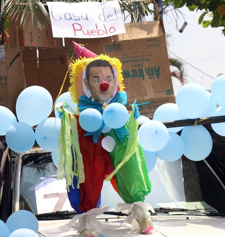 El presidente Jimmy Morales fue el blanco principal de la sátira en el desfile bufo de Retalhuleu. (Foto Prensa Libre: Rolando Miranda)