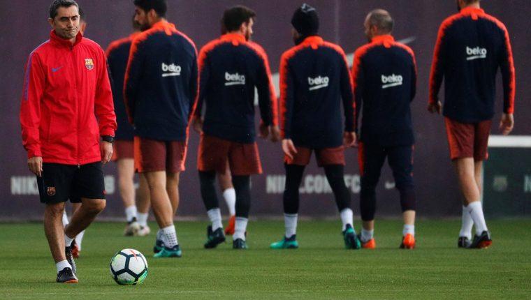 Ernesto Valverde durante el entrenamiento que realiza la plantilla barcelonista para preparar el partido de liga frente al Villareal. (Foto Prensa Libre: EFE)