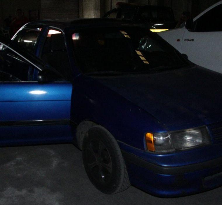 Automóvil que utilizaron supuestos individuos que se hicieron pasar por investigadores de la PNC. (Foto Prensa Libre: Cortesía PNC)