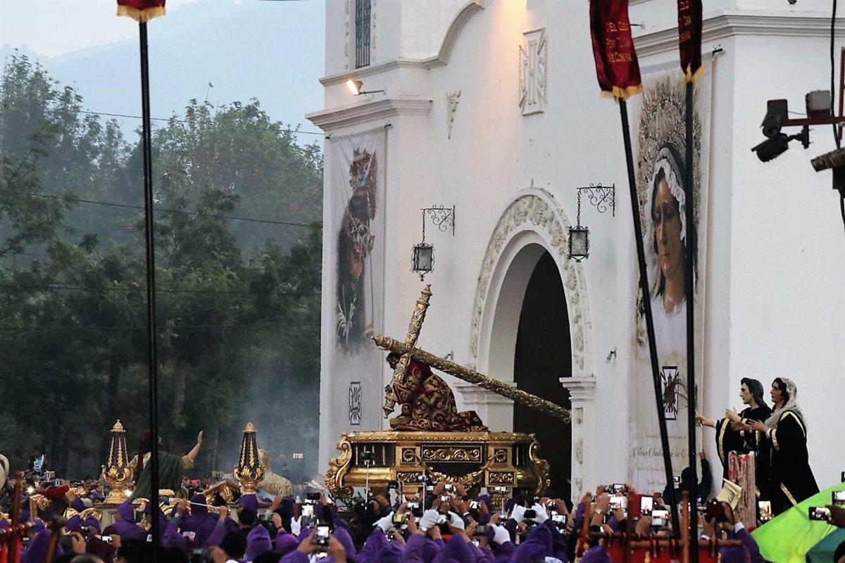 Jesús Nazareno de la Caída de San Bartolomé Becerra recorre Antigua Guatemala