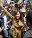 La expresidenta argentina, Cristina Fernández, saluda a simpatizantes después de salir del juzgado donde declaró. (Foto Prensa Libre: AP).