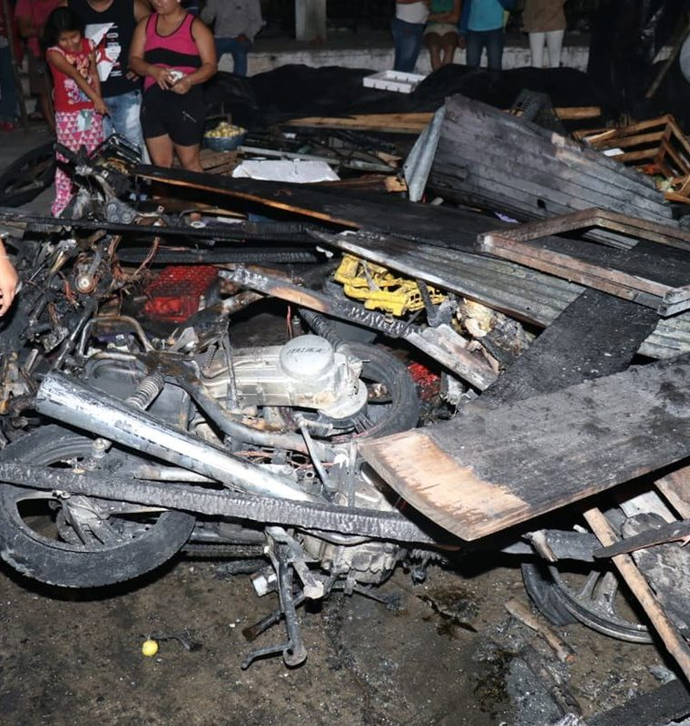 Varias motocicletas fueron consumidas por el fuego, en el mercado cantonal de Santo Tomás de Castilla, Puerto Barrios, Izabal. (Foto Prensa Libre: Dony Stewart)