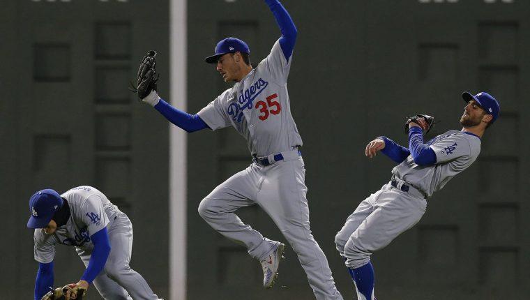 Kike Hernández, Cody Bellinger y Chris Taylor de Dodgers en acción, el miércoles 24 de octubre de 2018, en el juego dos de la Serie Mundial entre los Medias Rojas y los Dodgers. (Foto Prensa Libre: EFE)