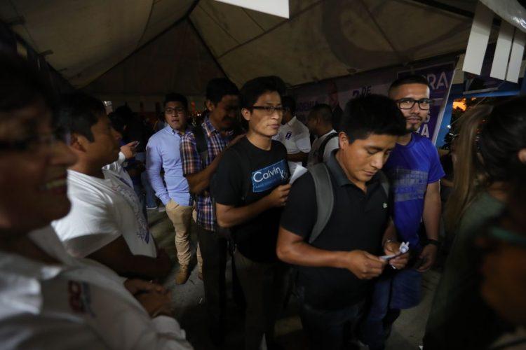 Carné y boleta en mano, estudiantes esperan emitir su voto
