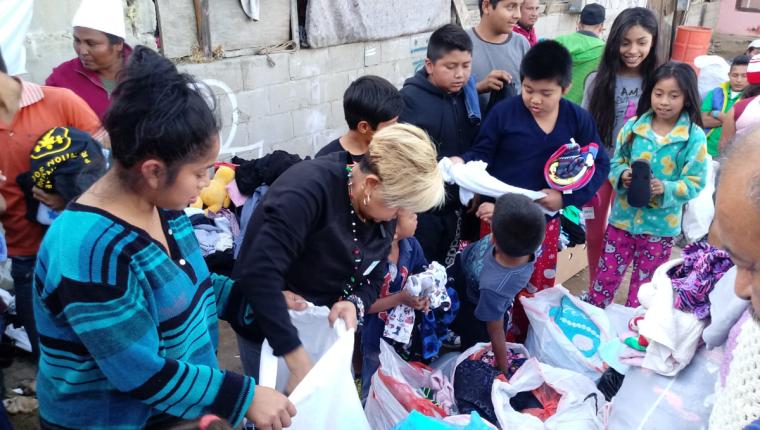 Hombres, mujeres y niños participaron en el convivio y recibieron ropa y zapatos. (Foto: Walter Batres)