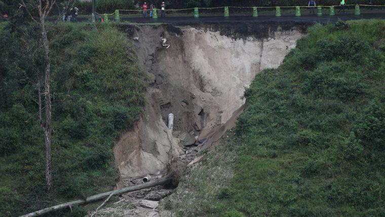 Vista lateral del socavamiento en el bulevar Sur, Ciudad San Cristóbal, zona 8 de Mixco, que conecta con la ruta al Pacífico.(Foto Prensa Libre: Óscar Rivas)