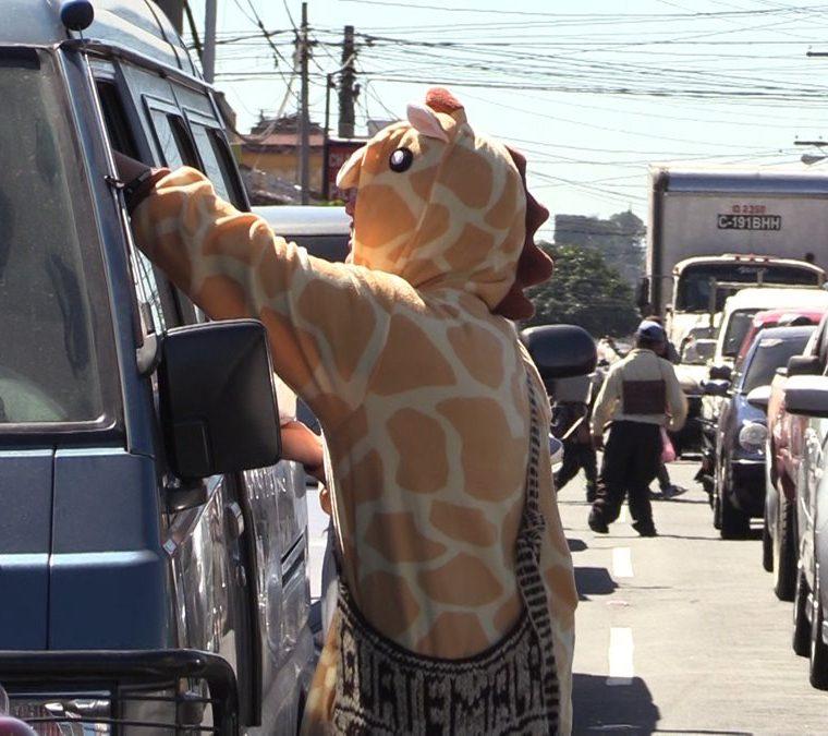 Las difíciles horas en el tránsito en la Roosevelt se convirtieron en risas cuando Fernando Mazariegos animó a los piltos usando un disfraz. (Foto Prensa Libre: Álvaro González)