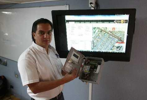 Alejandro Vidal muestra el equipo que utiliza para geolocalización y diseño  de mapas.