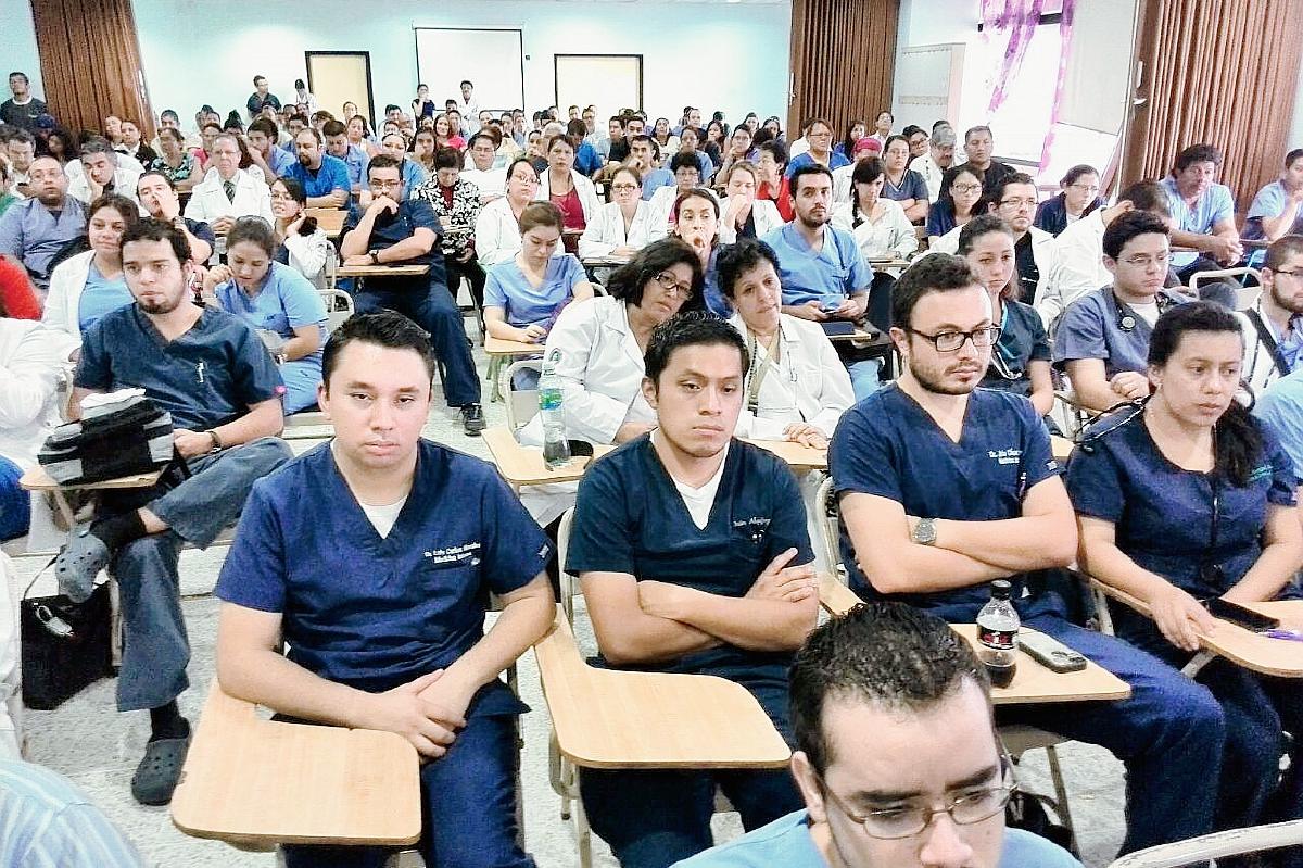 Médicos del Hospital General San Juan de Dios anunciaron la suspensión de las cirugías electivas por falta de presupuesto (Foto Prensa Libre: Estuardo Paredes).
