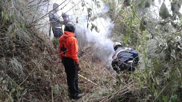 Socorristaa trabajan para controlar el incendio forestal en el Cerro de Pecul. (Fotos Prensa Libre: Melvin Popá)
