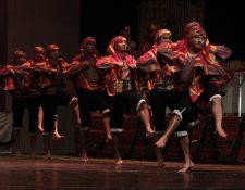 Los cofrades bailan el son ritual en un escena de la obra Bodas de San Juan Sacatepéquez. (Foto Prensa Libre: Edwin Castro)