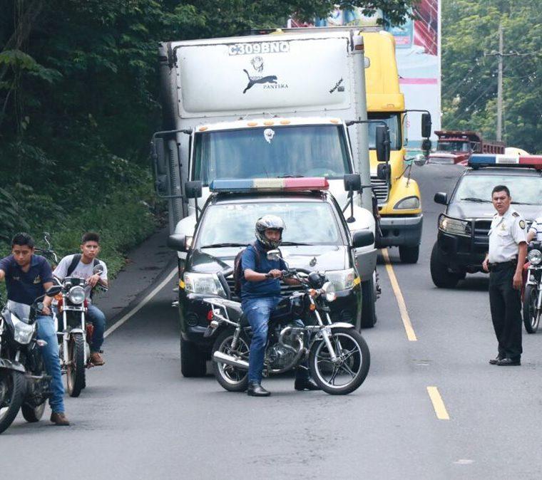 Debido al accidente, el tráfico fue detenido en el km 159 de la ruta al Suroccidente, Mazatenango, Suchitepéquez. (Foto Prensa Libre: Cristian I. Soto)