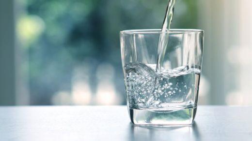 Beber la suficiente cantidad de agua durante el día es una de las mejoras cosas que puedes hacer por tu cuerpo y tu mente (Foto Prensa Libre: GETTY IMAGES).